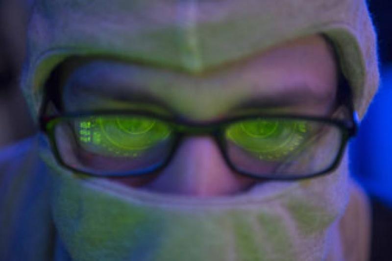 Navy-Soldat mit Datenbrille